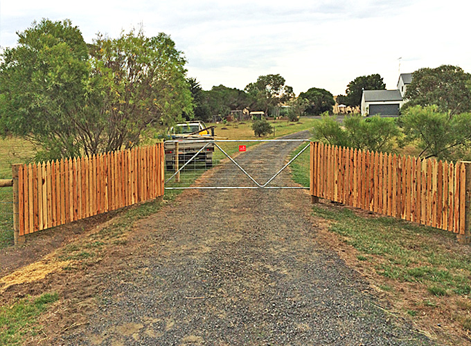 Decorative gateway fencing